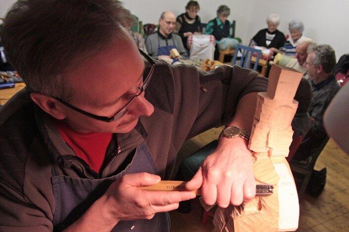 """<p class=""""artikelinhalt"""">Seit 1991 gehen die Klöpplerinnen und die Schnitzer in Olbernhau gemeinsame Wege. Sie treffen sich einmal in der Woche, um Erfahrungen auszutauschen und ein bisschen zu erzählen. Vereinsvorsitzender ist der Schnitzer Reinhard Friedemann (im Bildvordergrund). </p>"""