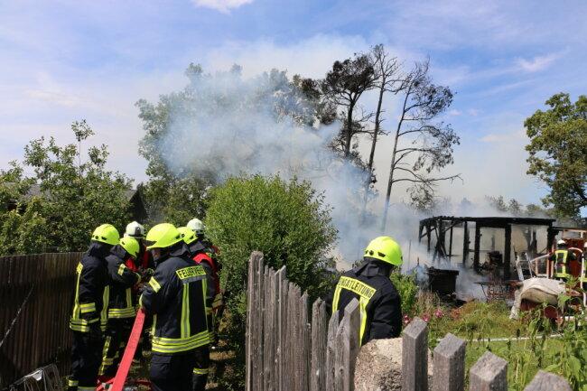 In einer Kleingartenanlage, aus Richtung Plauen kommend, auf der rechten Seite am Ortseingang von Mühltroff, war der Brandherd auszumachen.