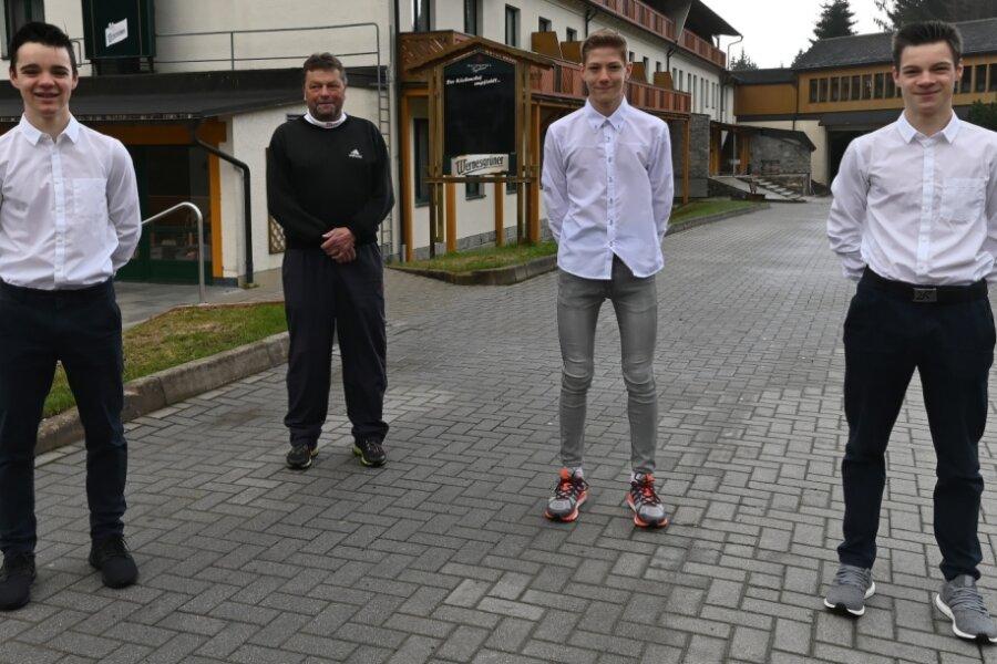 Trainer Uwe Dotzauer (2. von links) mit den Klingenthaler Kombinierer-Talenten (von links) Luca Laukner, Johann Unger und Luis Lauckner.
