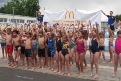 Jubel bei den Mitgliedern des Schwimmclubs Chemnitz. Sie haben einen Sponsoringvertrag über die nächsten 50 Jahre gewonnen.