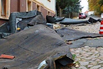 Eine Windböe riss in der Crimmitschauer Kirchbergstraße Teile eine Hausdaches herunter.