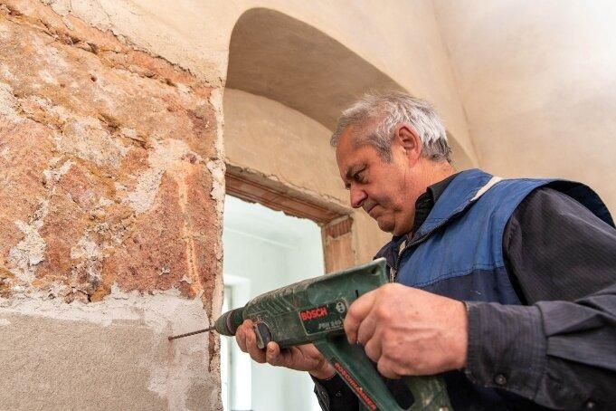 Georg Pfeuffer arbeitet im künftigen Bad in der Alten Baderei in Rochlitz, die er 2012 gekauft hat und denkmalgerecht saniert.