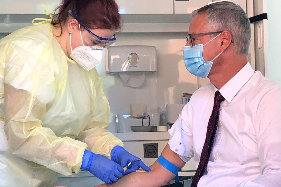 Der Oberbürgermeister von Straubing, Markus Pannermayr (CSU), lässt sich eine Blutprobe entnehmen. Das RKI hat eine dritte Antikörper-Studie zum Coronavirus gestartet.