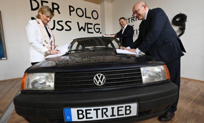 MDR-Intendantin Karola Wille (links), der amtierende Chef der Kulturhauptstadt Europas Chemnitz 2025 GmbH, Christoph Dittrich (Mitte) und Oberbürgermeister Sven Schulze bei der Unterzeichnung.