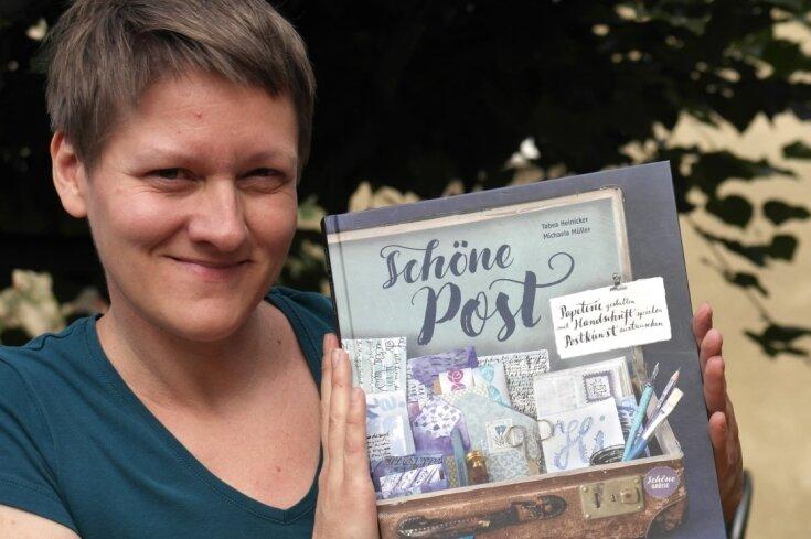 """Tabea Heinicker, Grafikdesignerin aus Geringswalde, hat mit Co-Autorin Michaela Müller unlängst das Sachbuch """"Schöne Post"""" bei einem Schweizer Verlag herausgebracht."""
