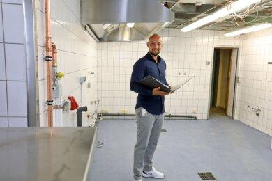 Projektleiter Sebastian Meyer ist täglich auf der Baustelle im Waldenburger Ratskeller unterwegs, der zur Großküche wird.