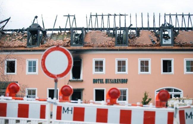 """Schwere Schäden sind in der Nacht zum Sonntag bei dem Brandanschlag auf das ehemalige Hotel """"Husarenhof"""" in Bautzen entstanden. Es war als Flüchtlingsunterkunft vorgesehen. Die Polizei ermittelt gegen drei junge Männer, die die Löscharbeiten behindert haben sollen. Als das Hotel brannte, hatten sich 20 bis 30 Gaffer eingefunden, die abfällige Bemerkungen machten und """"unverhohlene Freude"""" über den Brand zeigten, so die Polizei."""