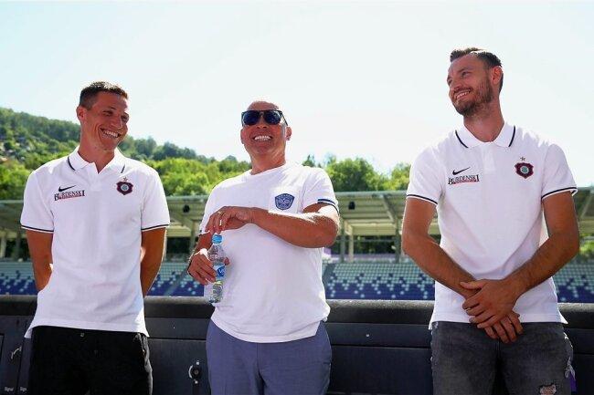 FCE-Präsident Helge Leonhardt (Mitte) stellte mit Gaëtan Bussmann (links) und Florian Ballas (rechts) am Sonnabend die beiden ersten Auer Neuzugänge für die kommende Saison vor.