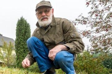 Wolfram Börner vermutet, dass ein Dachs auf Nahrungssuche die trichterförmigen Löcher gräbt.