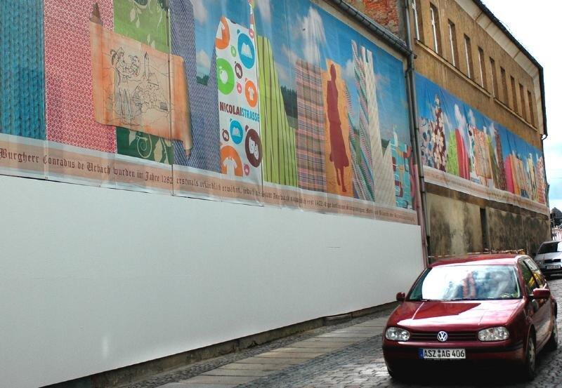 """<p class=""""artikelinhalt"""">Die Fassadenverkleidung in der Nicolaistraße wird um einen frei gestaltbaren Sockel ergänzt. Der Eigentümer vom """"Braunen Ross"""" (rechts) will die Fassade demnächst richtig auf Vordermann bringen lassen.</p>"""