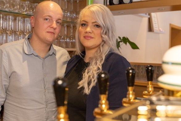 """Jessica Böhm und Christoph Heß betreiben seit Mai 2020 den Landgasthof """"Am Park"""" in Crottendorf."""
