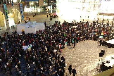 An fünf Orten in der Stadt haben sich Chemnitzer getroffen, um auf Friedenswegen zum Neumarkt zu laufen.