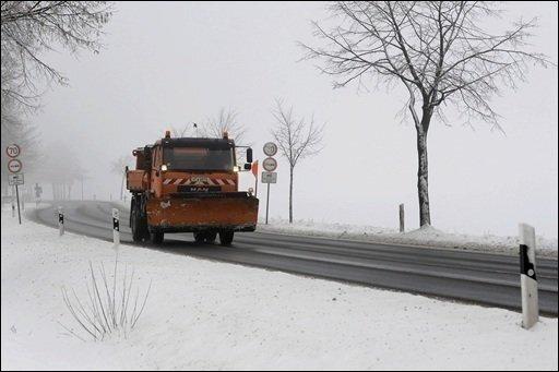 """Nach der Ankunft von Tief """"Daisy"""" mit Schnee und eisigen Windböen haben sich Räum- und Rettungsdienste in Deutschland gegen chaotische Verkehrsverhältnisse gewappnet."""