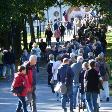 Vorm Eingang des Wasserschlosses bildete sich eine lange Schlange. Nur maximal 1000 Besucher durften sich gleichzeitig auf dem Markt aufhalten.