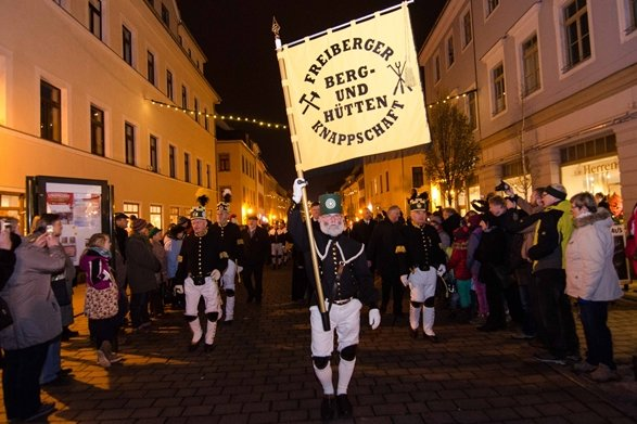 Zahlreiche Besucher bei traditioneller Bergparade durch Freiberger Altstadt