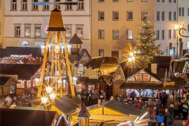 Andrang auf dem Annaberger Weihnachtsmarkt: Das wird es 2020 nicht geben. Aber eventuell Verkaufsstände in der Innenstadt mit Essen zum Mitnehmen und Waren von Händlern. Die Idee stößt im sozialen Netzwerk Facebook sowohl auf Zustimmung als auch auf Kritik.
