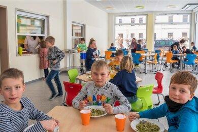 Im Erdgeschoss des am gestrigen Montags eingeweihten Anbaus an der Olbernhauer Grundschule befindet sich der Speiseraum, in dem bis zu 55 Schüler gleichzeitig ihr Essen einnehmen können.