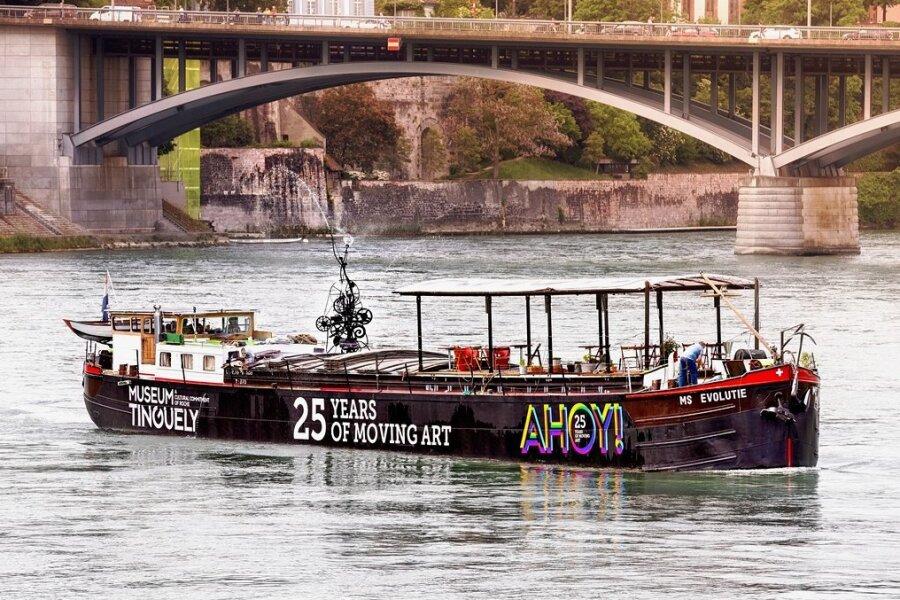 Das umgebaute Frachtschiff MS Evolutie auf dem Rhein. 30 Jahre nach dem Tod des Bildhauers Tinguely kommt das Tinguely-Museum per Schiff nach Deutschland.