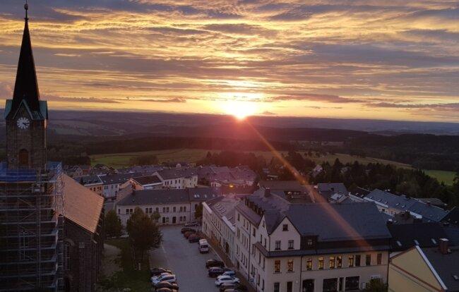 Stimmungsvoll ist der Blick vom Alten Söll bei Sonnenuntergang. Der Aussichtspunkt gehört zu den besten Aussichtsplätzen des oberen Vogtlandes und ist auch bei Überlegungen für ein überarbeitetes Wanderkonzept ein wichtiger Bestandteil.