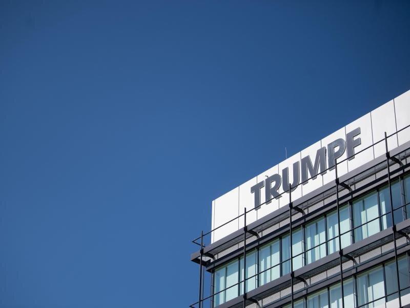Das Logo des Maschinenbauers Trumpf ist auf einer Fassade zu sehen.