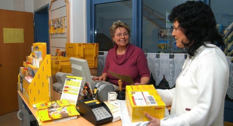 """<p class=""""artikelinhalt"""">Inge Krista (l.) betreibt in ihrem Geschäft in der Kurhauspassage von Thermalbad Wiesenbad auch eine Postagentur. Doch zum Leidwesen von Kunden wie Constanze Barth soll diese in einen sogenannten Verkaufspunkt umgewandelt werden, in dem es nur noch Marken gibt. </p>"""