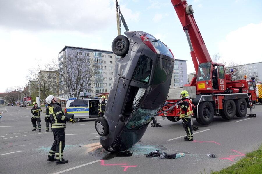Mehrere Verletzte und Feuerwehreinsatz nach Unfall in Chemnitz