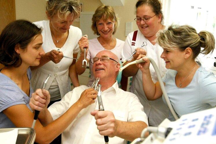 """<p class=""""artikelinhalt"""">Das genossen die Schwestern am Freitag sichtlich: Am letzten Arbeitstag der Niederwiesaer Zahnarztlegende Prof. Dr. med. habil. Götz Methfessel fühlten sie ihrem Noch-Chef so richtig auf den Zahn. Mit Zange, Spritze, Sauger, Bohrer und Hebel rückten sie ihm zu Leibe. Und waren sich einig: Es war eine tolle Zeit mit ihm. </p>"""