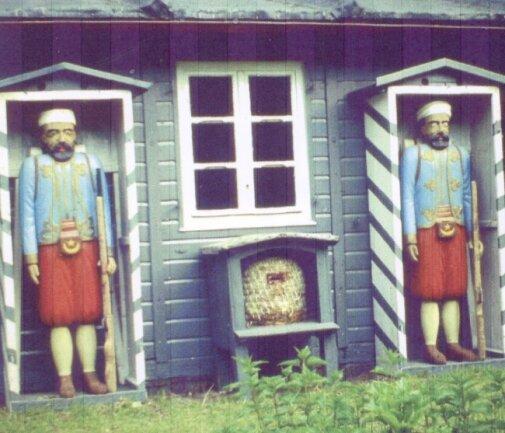 Zuavenwache im Saupersdorfer Steinbruch Ende der 1950er-Jahre (linkes Foto). Heute sind die Figuren im Landwirtschaftsmuseum Schloss Blankenhain ausgestellt (hinter Glas, rechts).