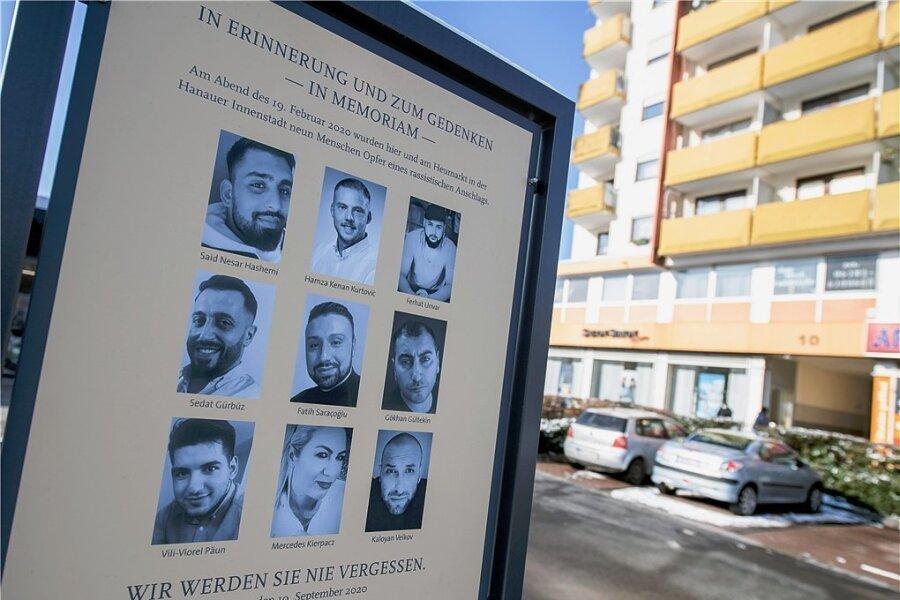 Eine offizielle Gedenktafel erinnert in Hanau-Kesselstadt an die Opfer des Anschlags vom Februar 2020. Ein Rechtsextremist hatte hier neun Menschen aus rassistischen Motiven erschossen.
