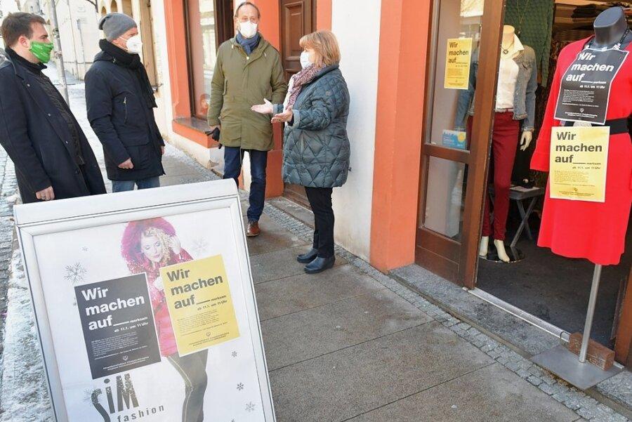 """Auch Freiberger Innenstadthändler, wie Andrea Lehnhardt (r.), haben sich im Januar an der Aktion """"Wir machen auf-merksam"""" beteiligt, um auf ihre prekäre wirtschaftliche Situation in Folge der Corona-Schutzverordnung aufmerksam zu machen. Den Sorgen haben sich auch Mittelsachsens Bürgermeister angenommen."""