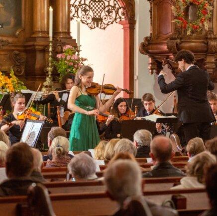 Die Junge Philharmonie Augustusburg, hier bei einem früheren Konzert mit Charlotte Thiele an der Violine und unter Leitung von Pascal Kaufmann, freut sich auf die ersten Auftritte nach dem langen Lockdown.