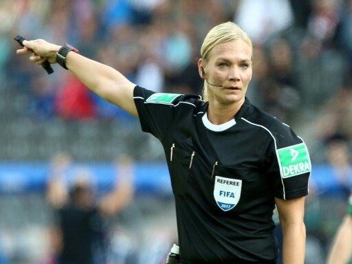 Bibiana Steinhaus pfeift bei der U20-WM der Frauen