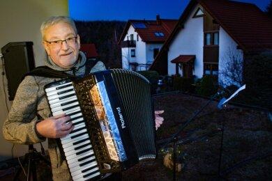 Seit Freitag vergangener Woche singt und musiziert Tobias Mehner jeden Abend für seine Nachbarn im Wiesengrund Niederwiesa.