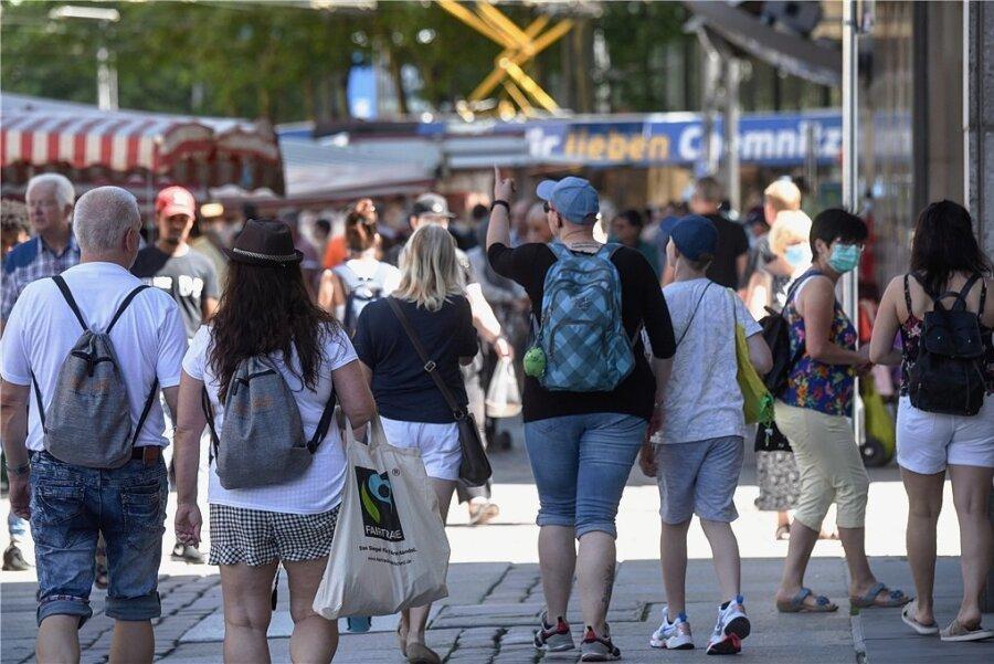 Straßenszene am Samstag in Chemnitz. Wie können Innenstädte weiter belebt werden? Das ist gerade nach dem Corona-Lockdown eine Kernfrage für den Handel.