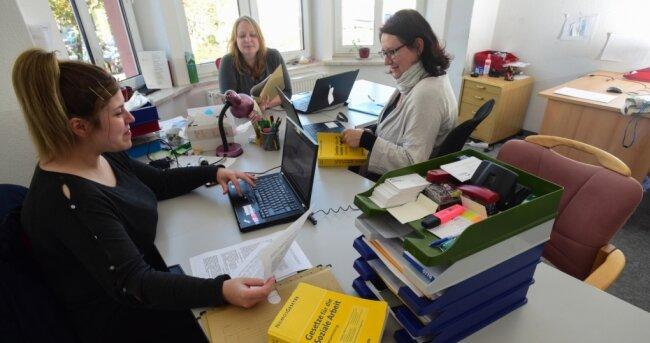 Natali Nikolova, Swetlana Epp und Cindy Trübel (von links) unterstützen Geflüchtete unter anderem bei Behördengängen. Ihr Job steht nun vor dem Aus, weil der Trägerverein nicht länger gefördert wird.