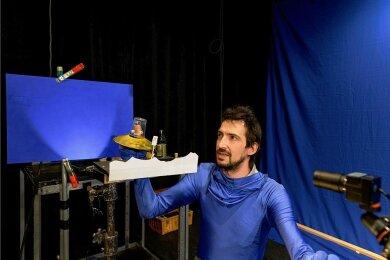"""Puppenspieler Tobias Eisenkrämer vom Chemnitzer Figurentheater im Bluescreen-Anzug. Für das neue Online-Stück """"Wandertag im Weltraum"""" wird er zusammen mit den Zuschauern in eine virtuelle Umgebung im Internet eingebaut."""