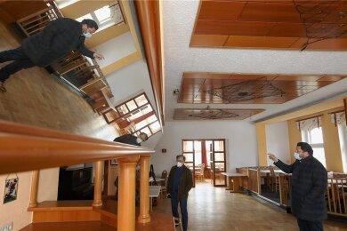 Der Saal im ersten Obergeschoss ist mittlerweile vom weißen Pulver aus Feuerlöschern befreit, das Unbekannte verstreut hatten. Bauamtsleiter Weber und OB Kluge besichtigten das Berggasthaus am Montag.