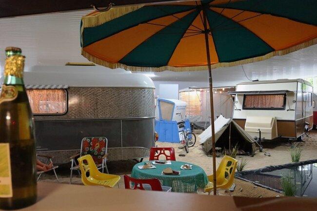 So sah Campingurlaub in der DDR aus. Im Vordergrund ein Nagetusch-Wohnwagen. Dahinter das später entwickelte Bastei-Modell. Zelte und Plastestühle gehörten einfach dazu.