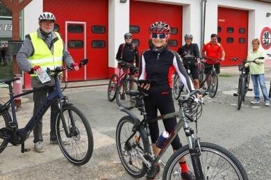"""Heidi Fengler-Kuna (Mitte) und Mitglieder des Vereins """"Vielfalt für Bürger"""" starteten am Donnerstag zu einer digitalen Radtour."""