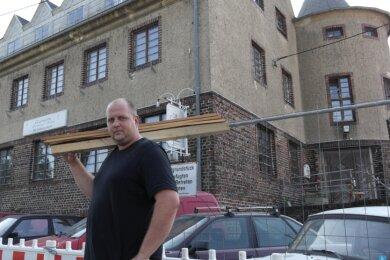 Philipp Herrmann will den einstigen Arraser Gasthof zu einem Museum umbauen und dafür Trabi, Wartburg und Co. aufhübschen.