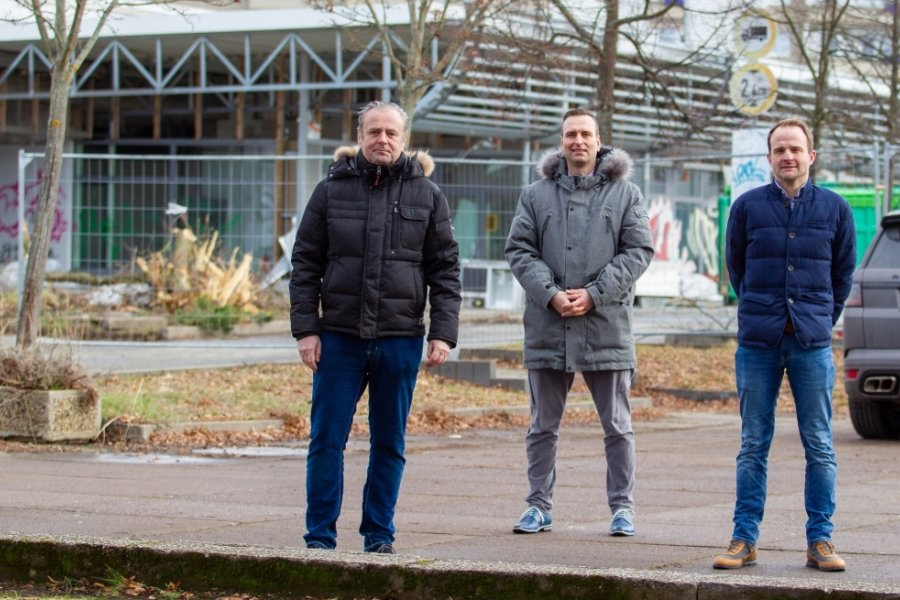 Vor Kurzem stand die Hülle des alten Einkaufscenters (Hintergrund) in Chrieschwitz noch. Doch die Investoren sind beim Abriss auf der Zielgeraden - von links: Karl-Heinz Zehentner, Erik Faselt und Paul Jonas Tappe.