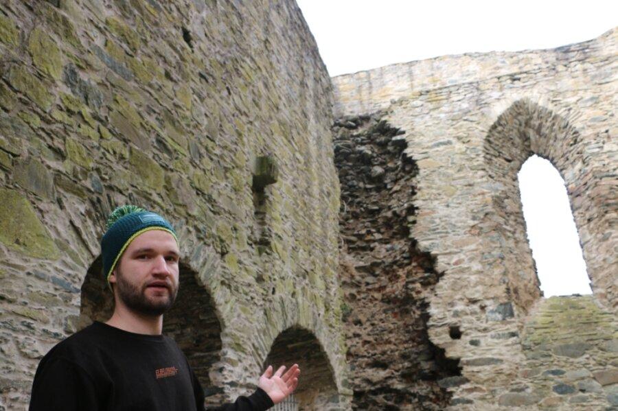 Lukas Günther zeigt die großen Schäden in den Mauern der oberen Burgsteinruine. Allein kann der Verein das alte Gemäuer nicht vor dem Verfall retten.