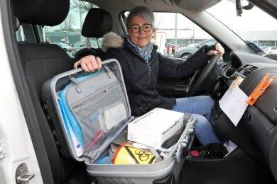 Die Filialleiterin der Meeraner Süd-West-Apotheke, Susann Sieber, macht sich auf den Weg zum Testen.