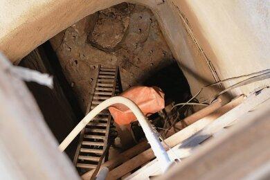 Der Tagebruch an der Himmelfahrtsgasse in Freiberg wird saniert. Im Bild ein Blick in den Schacht. In 11,50 Meter Tiefe wurden die Sprenglöcher gebohrt und zunächst mit Holzdübeln verschlossen.
