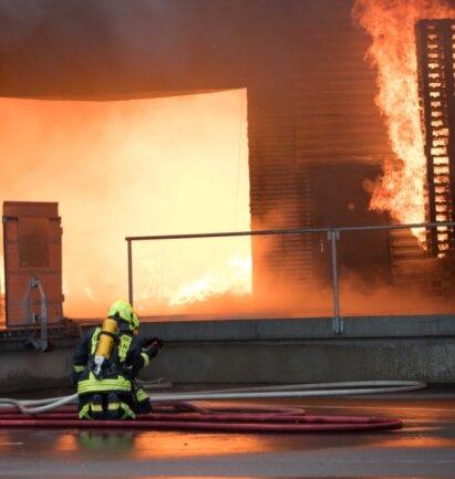 Für die Feuerwehrleute ist es viel zu gefährlich, zum Innenangriff auf die Flammen überzugehen. Es besteht Einsturzgefahr.