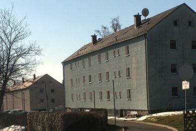 Blick auf Wohnhäuser an der Alten Auer Straße in Lauter: Die Leerstandsquote beim Wohnungsunternehmen liegt aktuell bei elf Prozent.