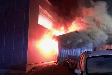 Aus dem Nebengebäude einer Werkhalle schlugen die Flammen. Die Wehren von Kleinhartmannsdorf und Eppendorf waren im Einsatz.