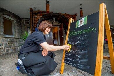"""Täglich von 11 bis 22 Uhr geöffnet - das gilt in der Gaststätte """"Füllort"""" in Bad Schlema bald nicht mehr. Grund ist der Personalmangel. Restaurantfachfrau Manja Mothes (Foto) gehört zu denen, die bleiben wollen."""