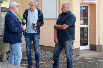 Das Häuschen der ehemaligen Quelle-Agentur steht zum Verkauf. Bürgermeister Sandro Bauroth (links) und Karsten Zeller vom Heimatverein können sich darin eine Tourist-Info vorstellen, wie sie Radioreporter Bernd Schädlich vom MDR ins Mikrofon diktierten.