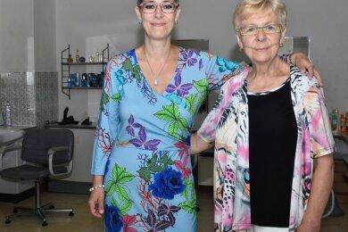 Brigitte Sandner führt seit 50 Jahren ihren Friseursalon im Stadtteil Sachsenberg in Klingenthal. Ihre Tochter Heike steht ihr dabei zur Seite.